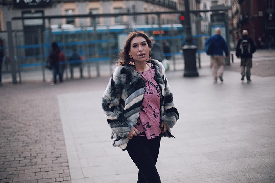 faux fur coat Custo Barcelona, skinny jeans Zara, pink blouse Kiabi, Barbara Crespo street style Madrid. Plaza de jacinto Benavente