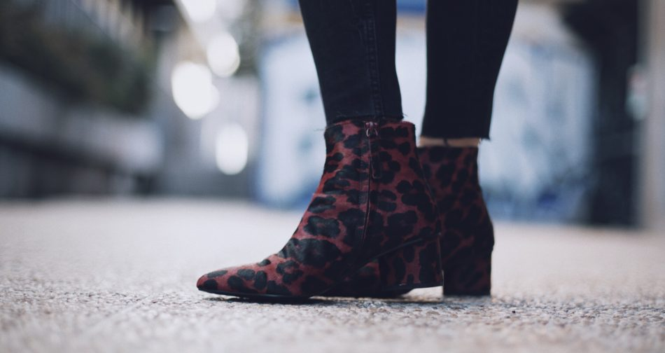 Bárbara Crespo street style. Animal print ankle boots. Botines/Boots: MANGO. Trendy outfit