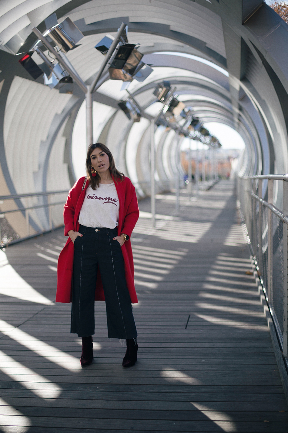 Bárbara Crespo street style. Sweater/sudadera: Tees and Dreams. Culotte Relaxed Jeans: MANGO. Boots/Botines: Pura López. Trendy outfit