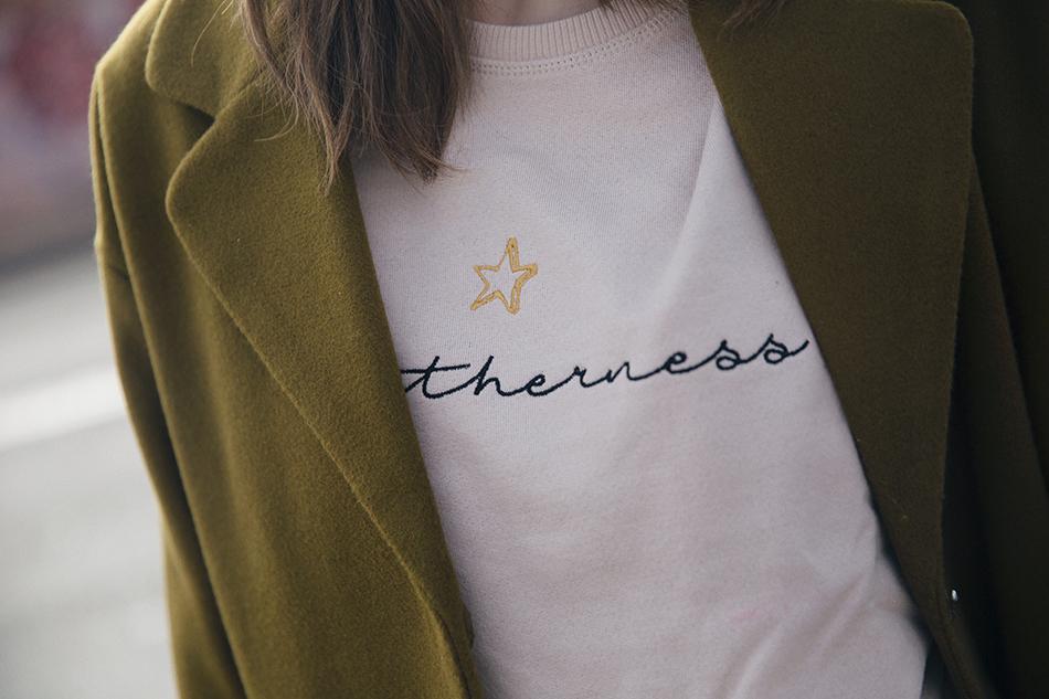 Bárbara Crespo street style. Coat/Abrigo: Kiabi. Sweatshirt/sudadera: Tees and Dreams. Jeans: Zara. Boots/Botines: Mango. Beanie/Gorroa de lana: Zara. Trendy outfit