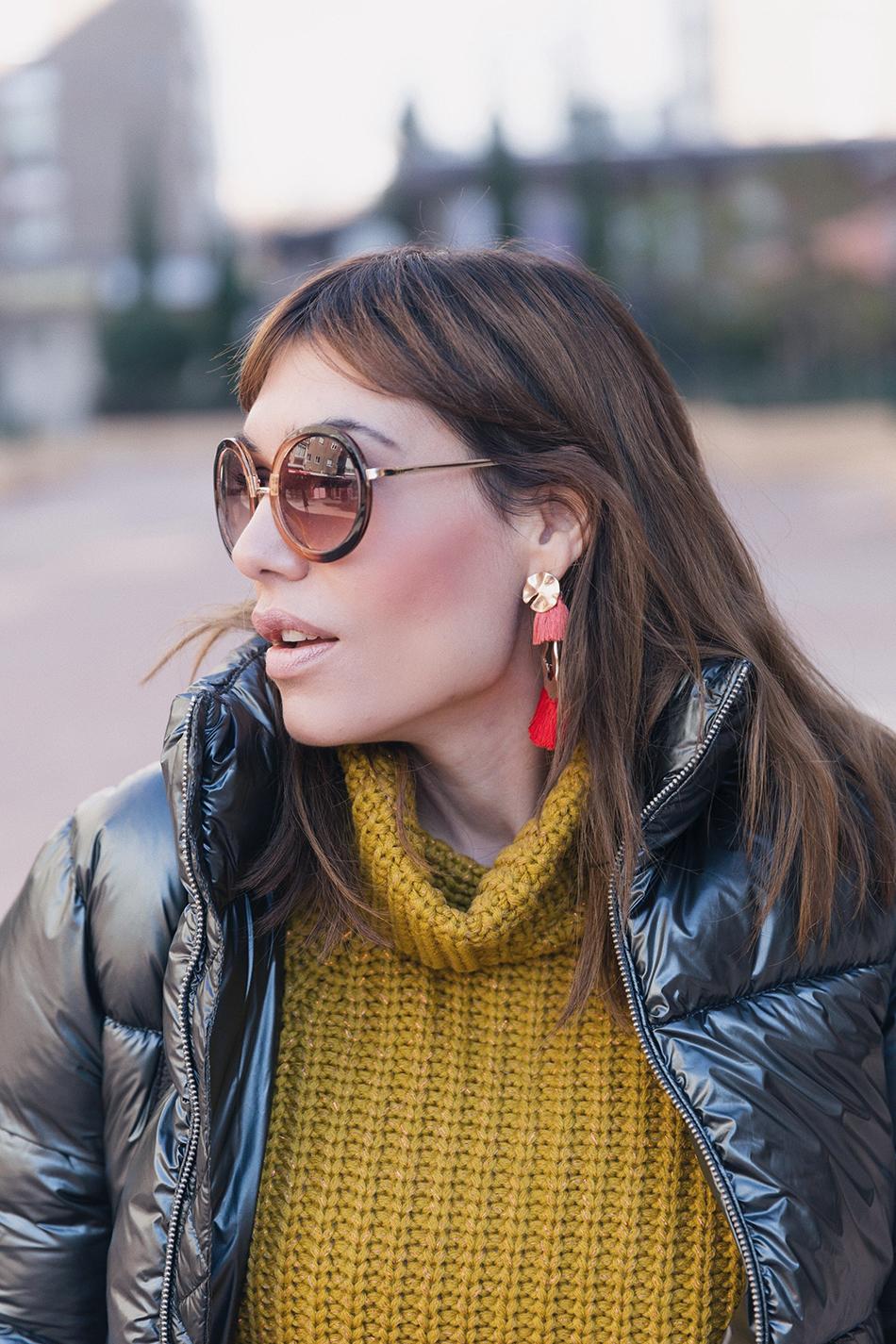 Bárbara Crespo street style. Puffy jacket/Plumas: Kiabi. Pullover/jersey: Kiabi. Ripped Jeans: Zara. Boots/Botines de Calcetín: Zara. Trendy outfit