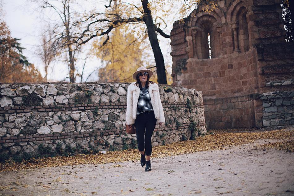 Bárbara Crespo street style. Vichy print blusa/ blouse: Leon and harper, Botines/Boots: Chloé. Sombrero/Hat: Lack of Color. Jeans: Reiko / Trendy outfit /El Retiro
