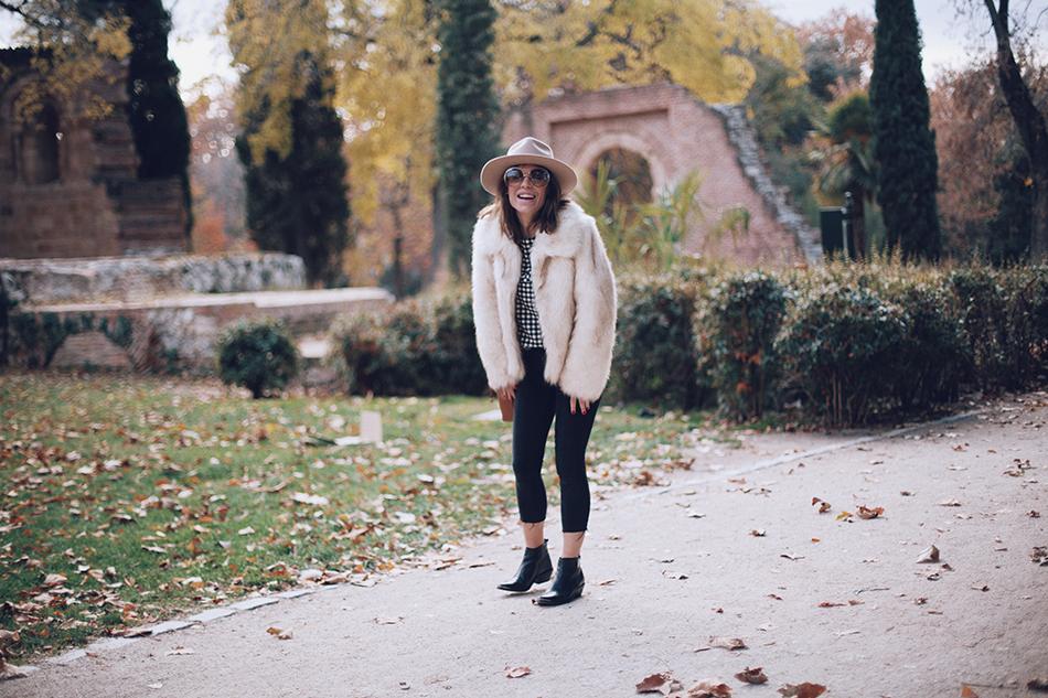 Bárbara Crespo street style. Vichy print blusa/ blouse: Leon and harper, Botines/Boots: Chloé. Sombrero/Hat: Lack of Color. Jeans: Reiko / Trendy outfit / El Retiro