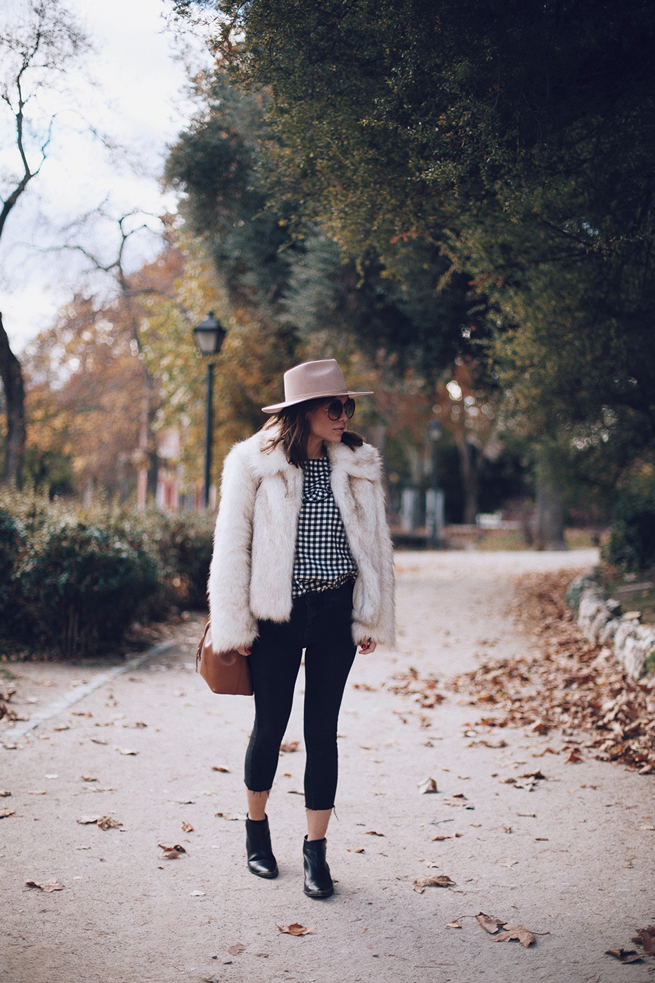 Bárbara Crespo street style. Vichy print blusa/ blouse: Leon and harper, Botines/Boots: Chloé. Sombrero/Hat: Lack of Color. Jeans: Reiko / Trendy outfit