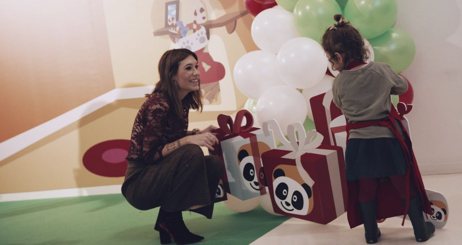 Taller de cookies y de muffins navideño para niños con la cadena de televisión infantil Canal Panda. Barbara Crespo y su hija Chloé