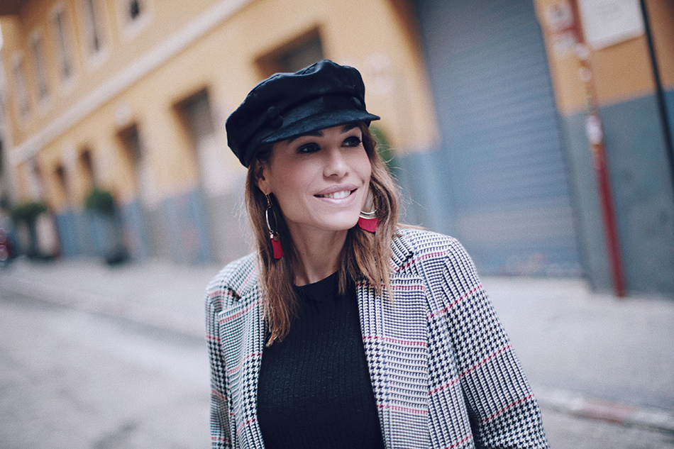 Bárbara Crespo street style / Checkered print coat from Zara / jeans from Liu Jo / Nautical Cap from Zara / Trendy outfit