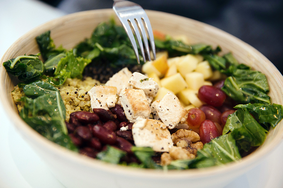 happy green / restaurante healthy de ensaladas y fit bowls /ensalada de quinoa, frutas y vegetales