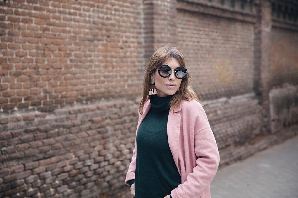 Bárbara Crespo street style. Coat/Abrigo: Zara. Pullover/Jersey: Kiabi. Jeans: Zara. Boots/Botines: Zara. Gafas de sol/Sunglasses: Miu Miu. Bolso/Bag: Michael Kors. Trendy outfit