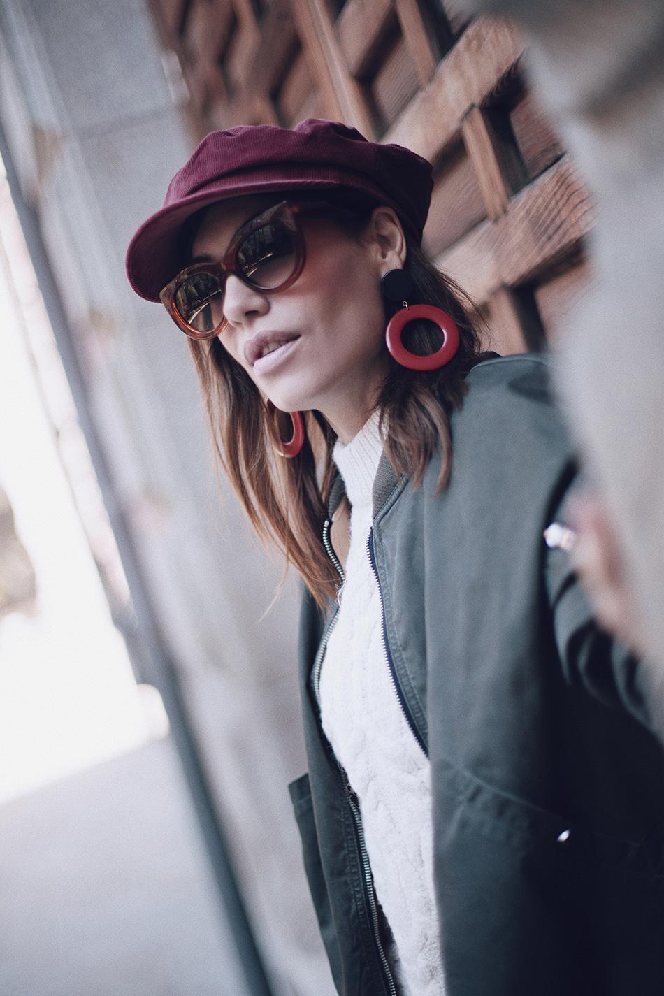 Bárbara Crespo street style / Bomber jacket / Chaqueta bomber: Zara. Jersey / Pullover: Kiabi Jeans:Reiko Botas / Boots: Mango Pendientes / Earrings: Mango Bolso / Bag: Michael Kors Gafas de sol / Sunglasses: Mango Cap / Gorra marinera: Mango