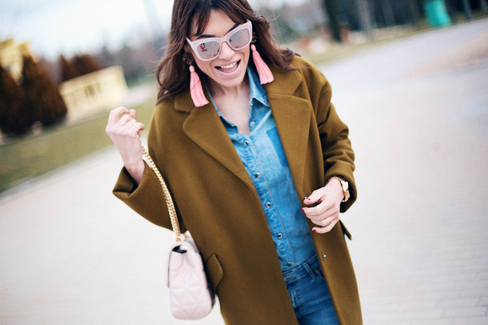 Bárbara Crespo street style / Oversize Coat / denim total look / Sunglasses from Celine / Sneakers from Adidas / Pink long earrings Trendy outfit