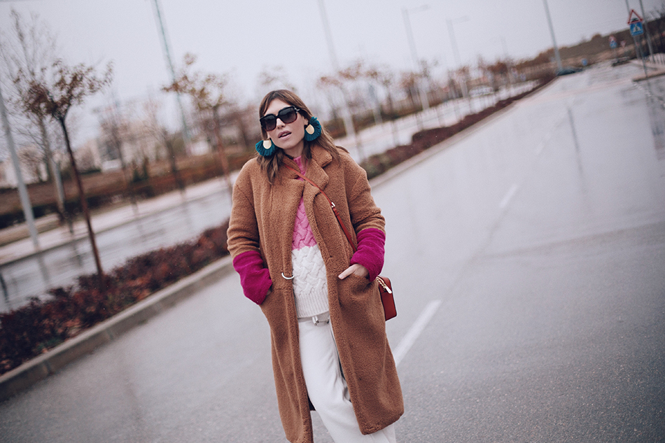 Bárbara Crespo street style / Contrast faux fur coat from Mango / straight white jeans from Mango / Sunglasses from Dior / Orange bag from Michael Kors. Trendy outfit