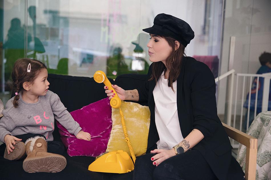 Bárbara Crespo and Chloé street style / Black jacket from Kiabi / white blouse from Kiabi / Nautical cap from Zara / UGG boots. Trendy outfit