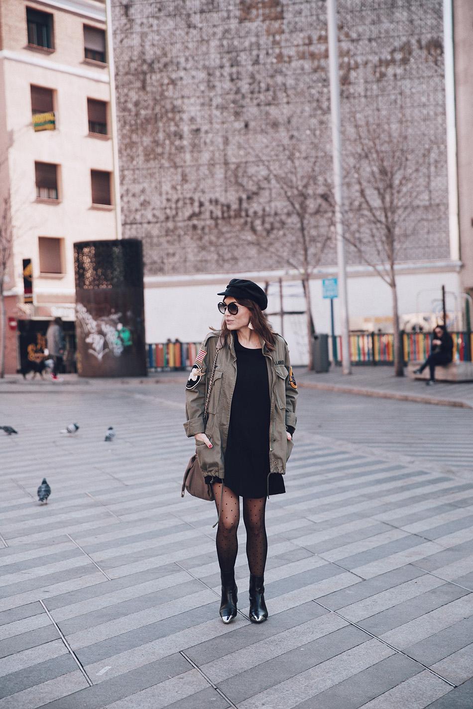 Bárbara Crespo street style / Military jacket / Chaqueta militar: Ralph Lauren. LBD / Vestido: Mango. Botas / Boots: Mango. Pendientes / Earrings: Mango Bolso / Bag: Purificación Garcia Gafas de sol / Sunglasses: Miu Miu Cap / Gorra marinera: Zara
