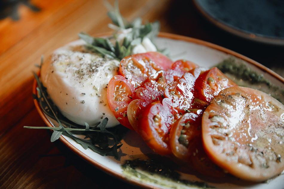 burratta y tomates