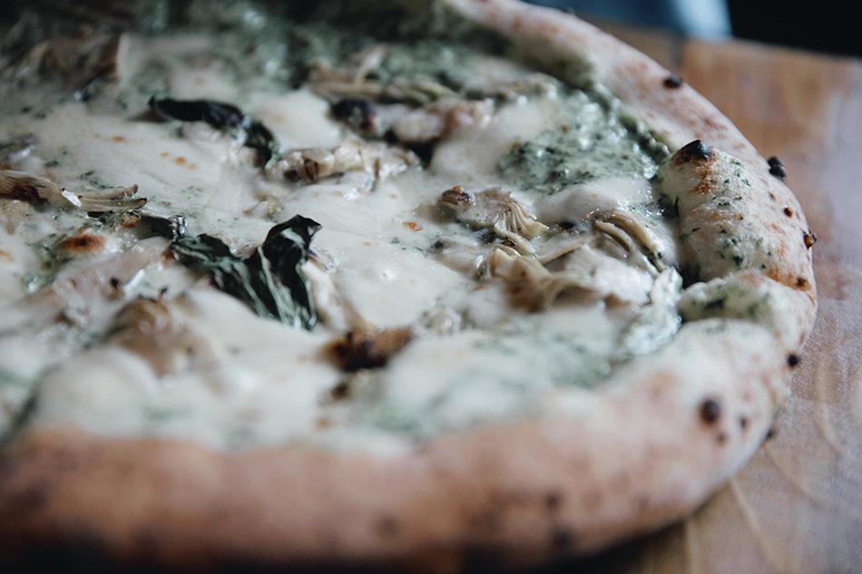 pizza de crema y alcachofas