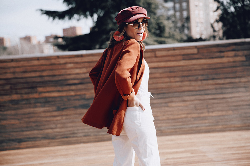 Bárbara Crespo street style. Blazer: Kiabi, HERE Jeans: Mango Ankle boots / Botines: Mango Nautical cap / Gorra: Mango Pendientes / Earrings: Mango Watch / Reloj: Michael Kors Gafas / Glasses: Kiabi, HERE