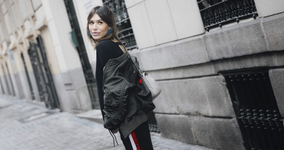 Bárbara Crespo streetstyle. Bomber: Zara. Top: Kiabi. Pendientes / Earrings: Mango. Bag / Bolso: Michael Kors