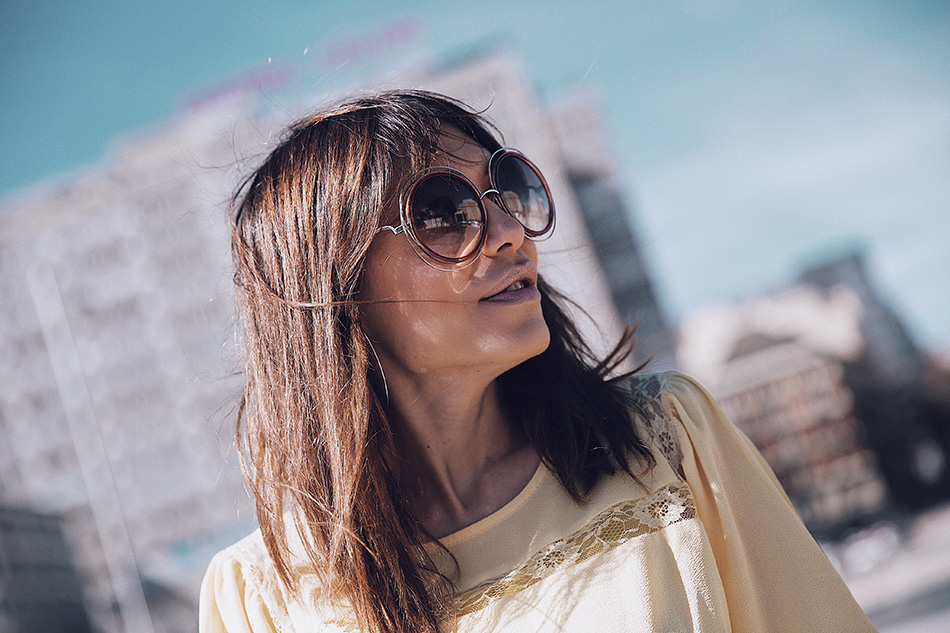 Bárbara Crespo streetstyle / Yellow blouse / Blusa amarilla: Kiabi, HERE Jeans: Zara, old Sneakers: Mango, old Denim jacket / Chaqueta vaquera: Mango Pendientes / Earrings: Mango Bolso / Bag: Zara Gafas / Glasses: Chloé