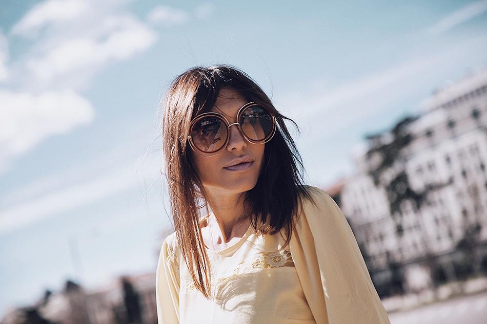 Bárbara Crespo streetstyle / Yellow blouse / Blusa amarilla: Kiabi, HERE Jeans: Zara, old Sneakers: Mango, old Denim jacket / Chaqueta vaquera: Mango Pendientes / Earrings: Mango Bolso / Bag: Zara Gafas / Glasses: Chloé