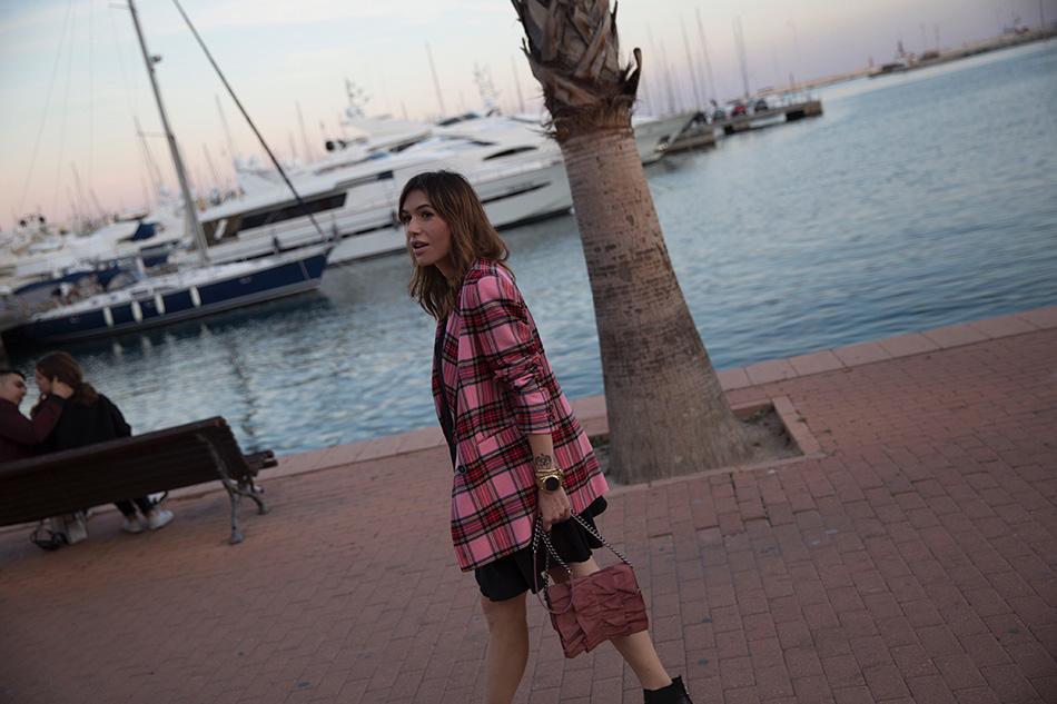 Bárbara Crespo streetstyle. Blazer: Mango. LBD / Vestido: Mango. Boots / Botines: It Shoes. Bag / Bolso: Zara. Watch / Reloj: Michael Kors. Pendants / Colgantes: Mango