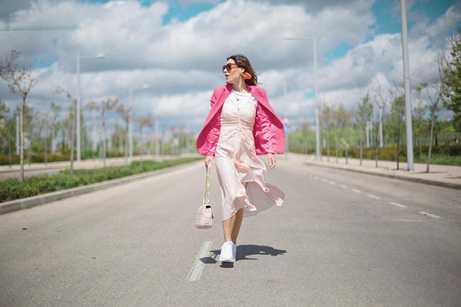 Bárbara Crespo streetstyle. Blazer: Kiabi. Dress / Vestido: Zara. Bag / Bolso: Michael Kors. Watch / Reloj: Michael Kors. Earrings / Pendientes: Mango. Pendants / Colgantes: Luxenter. Sneakers / Deportivas: Zara. SunGlasses / Gafas de sol: Mango