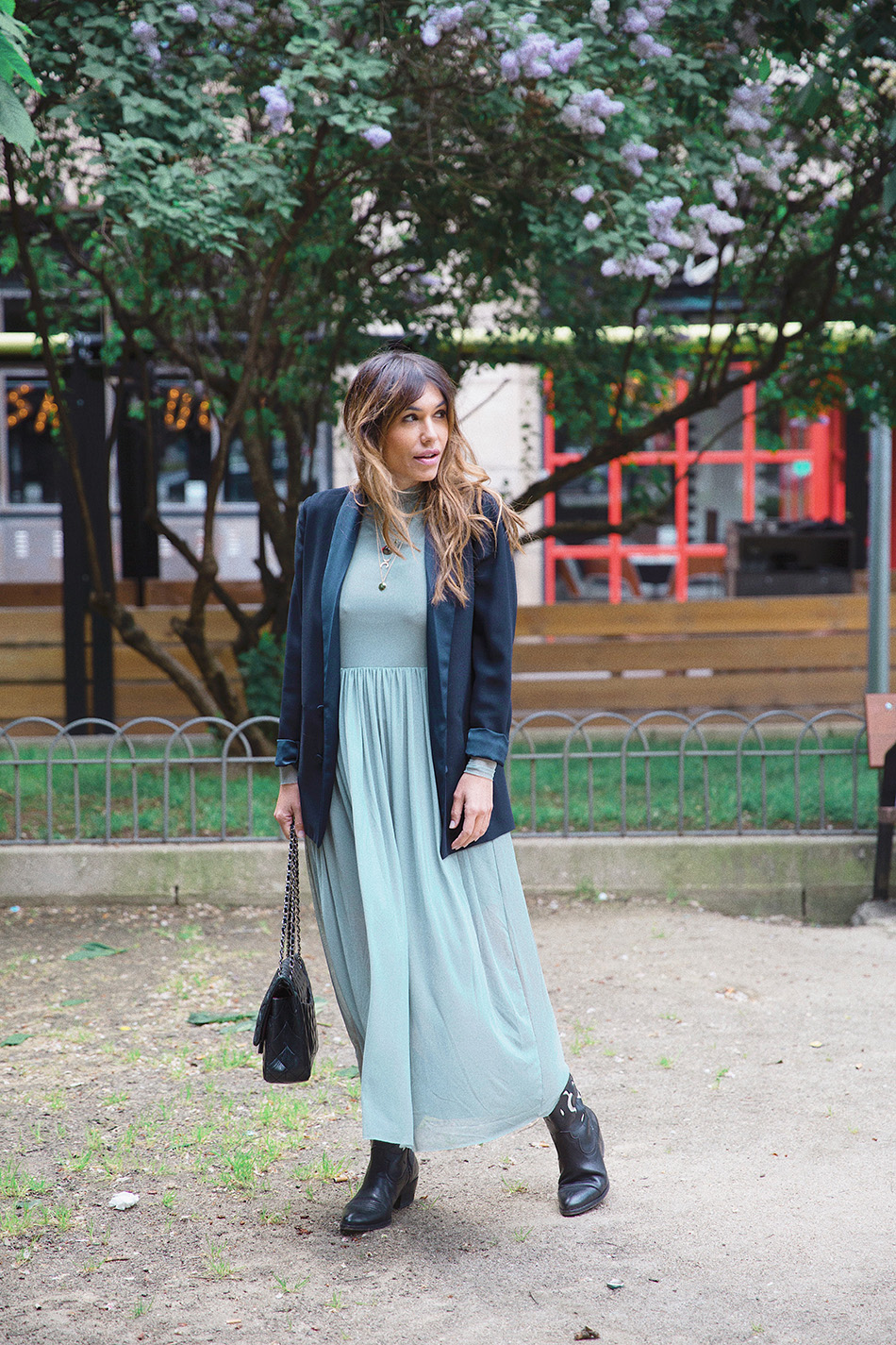 Bárbara Crespo streetstyle. NA-KD Tulle green dress.  Chanel bag. Cowboy boots