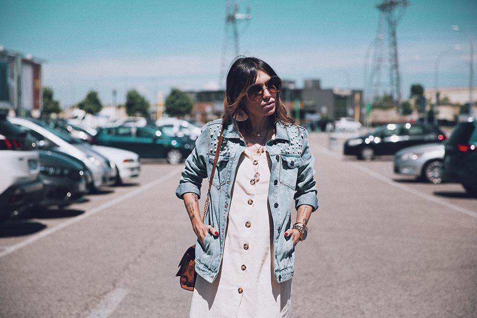 Bárbara Crespo streetstyle. Denim jacket / Cazadora vaquera: Kiabi. Dress / Vestido: Shein. Botines / Boots: suede. Sun Glasses / Gafas de sol: Chloé. Earrings / Pendientes: Mango. Bag / Bolso: Zara.