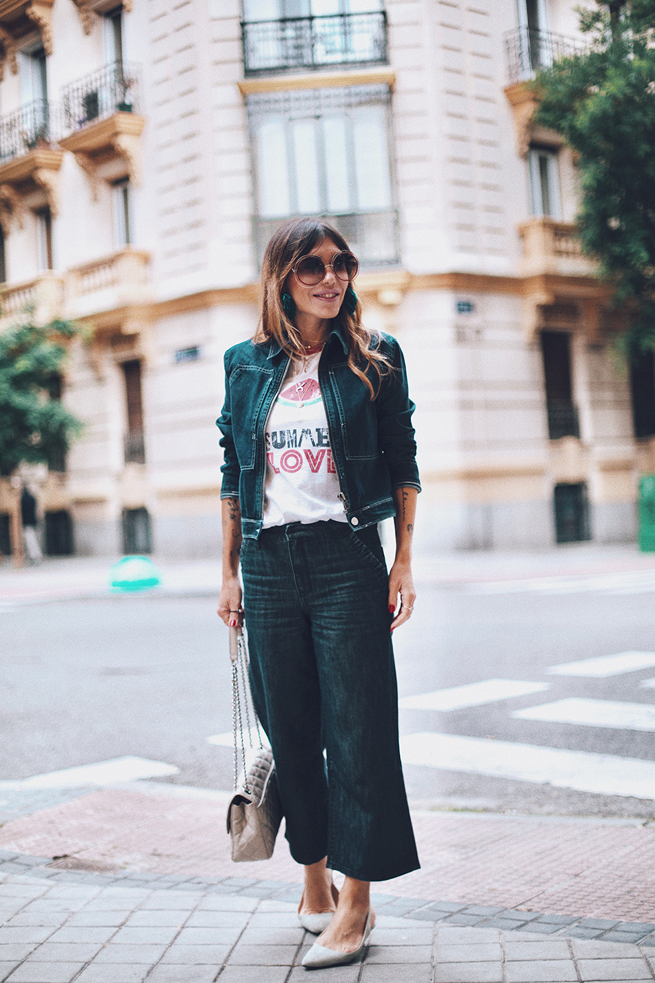 Bárbara Crespo street style. Denim jacket / Cazadora vaquera: Kiabi. T-Shirt / Camiseta: Tees and Dreams. Pants / Pantalones: Kiabi. Sun Glasses / Gafas de sol: Chloé. Earrings / Pendientes: Mango. Bag / Bolso: Michael Kors.