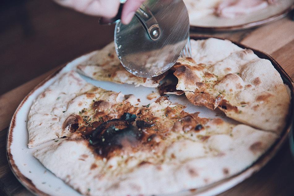pan de pizza con sal y aceite