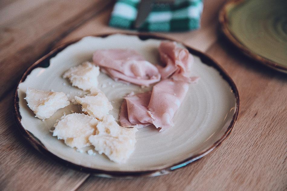 mortadela y queso parmesano
