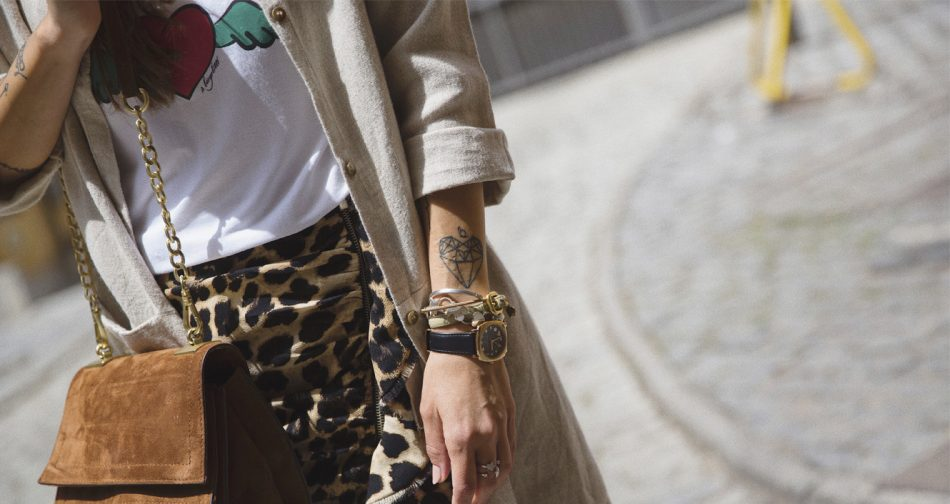 Bárbara Crespo streetstyle. Jacket / Chaqueta de lino. T-shirt / Camiseta: À Bicyclette. leo print Skirt / Falda: Zara. Boots / Botines: Mango. Suede Bag / Bolso: Zara. Sunglasses / Gafas de sol: Mango.