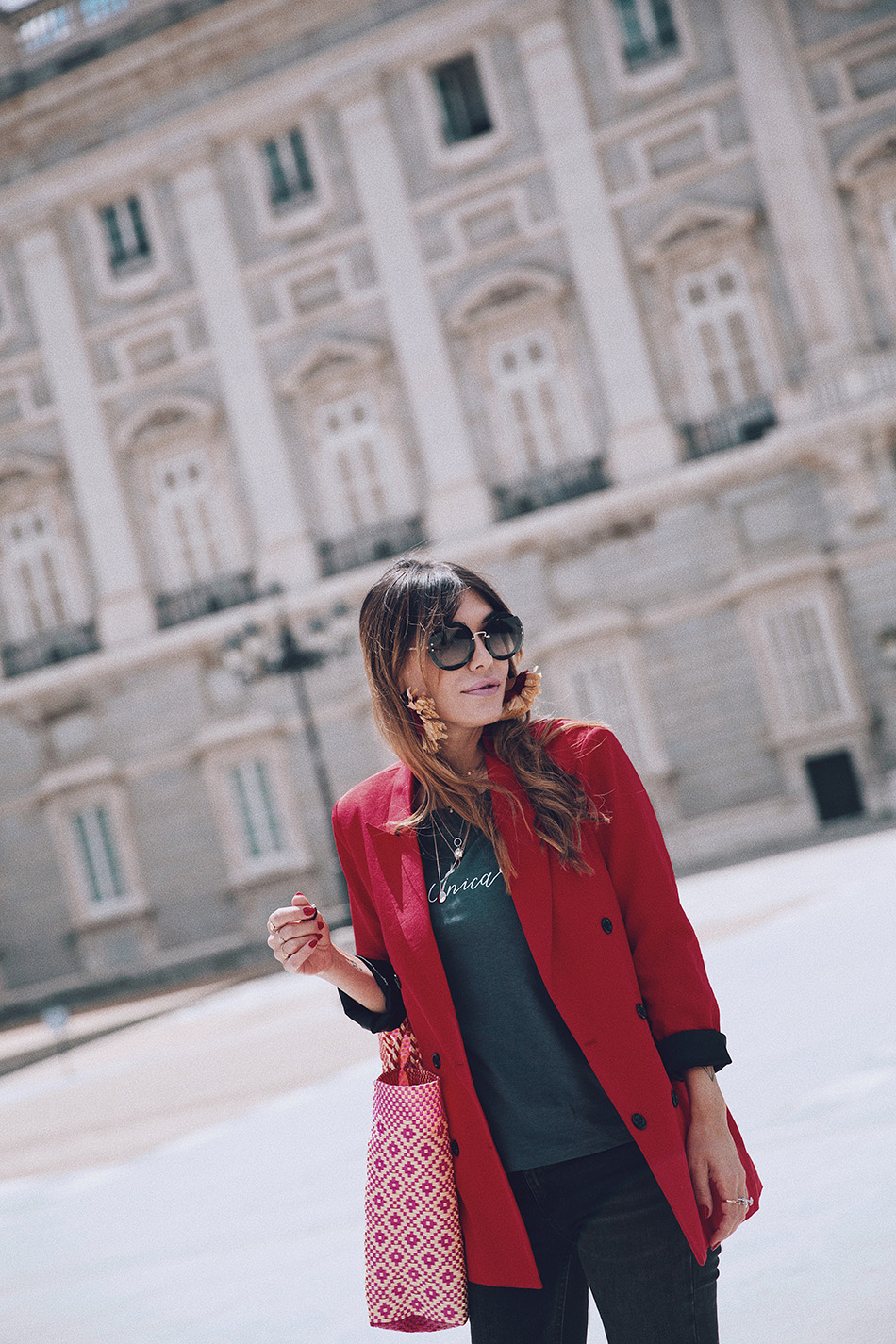 Bárbara Crespo streetstyle. Red blazer. T-shirt / Camiseta: Tees and Dreams. Shoes  / Zapatos: Zara. Sun Glasses / Gafas de sol: Miu Miu. Earrings / Pendientes: Mango.