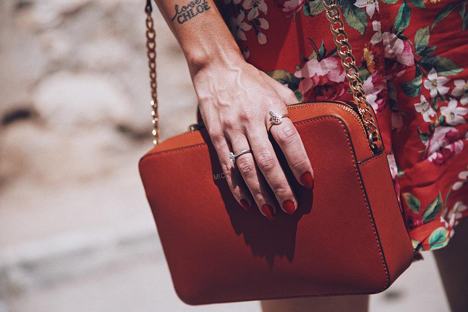 Bárbara Crespo street style. Blouse / Blusa: Kiabi. Shorts: Kiabi. Botines / Boots: Zara. Sun Glasses / Gafas de sol: Mango. Earrings / Pendientes: Mango. Pendants / Colgantes: Tous. Bag / Bolso: Michael Kors. Rings / Anillos: Kiabi, (piña y multicolor)