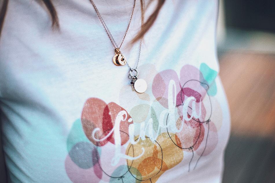 Bárbara Crespo streetstyle. T-Shirt / Camiseta: Tees and Dreams. Jeans: Kiabi. Watch / Reloj: Michael Kors. Necklace / Collar: Tous. Ring / Anillo: Tous. Bag / Bolso: Michael Kors.