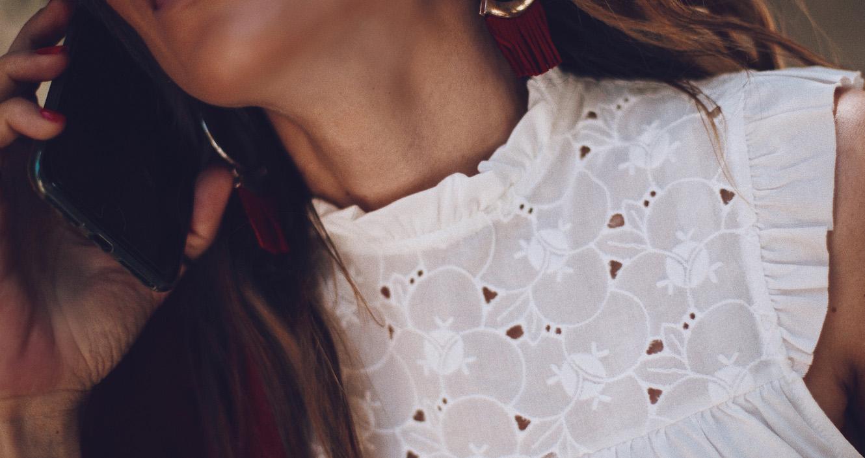 Bárbara Crespo streetstyle. T-Shirt / Camiseta: Kiabi. Blazer: Kiabi. Shorts: Kiabi. Sneakers / Deportivas: Paso a Paso.Bag / Bolso: Michael Kors.Earrings / Pendientes: Kiabi. Sunglasses / Gafas de sol: Chloé. Watch / Reloj blanco: Michael Kors. Silver bracelet / Pulsera de plata: Kiabi