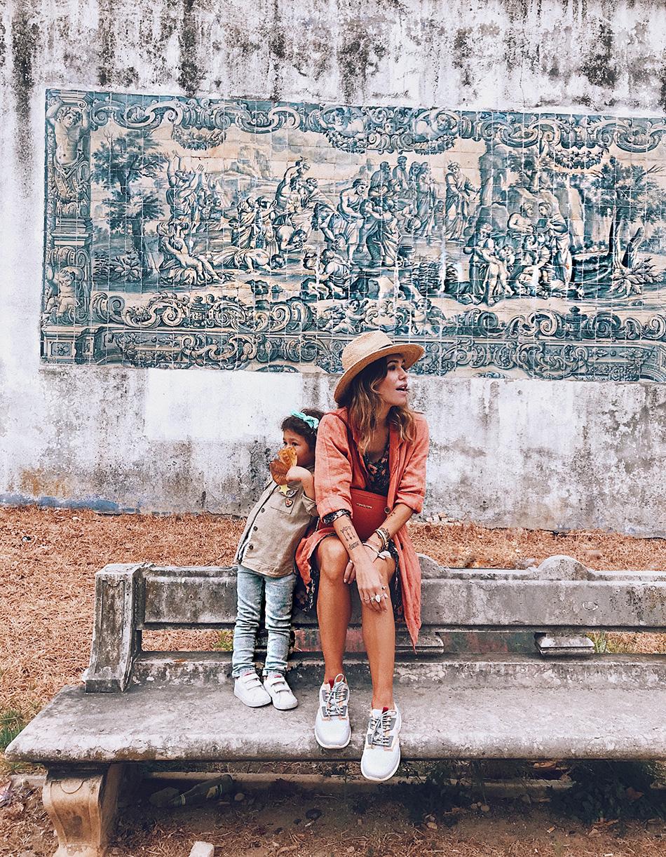 Bárbara Crespo streetstyle. Jardim Das Amoreiras. Lisbon. American Vintage flowers dress. Sneakers. Balenciaga triple X