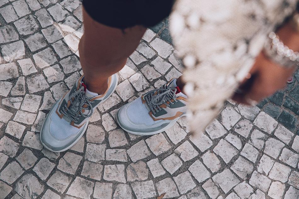 Bárbara Crespo streestyle. Python print streetstyle. Snake print blazer from Zara. Cycling pants. Sneakers.