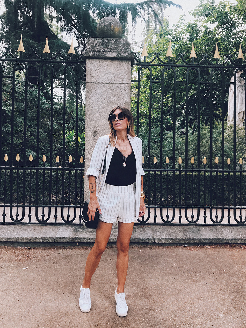 Bárbara Crespo streetstyle. Stripes outfit. Blazer: Kiabi. Bermuda: Kiabi. Top: Kiabi. Sunglasses / Gafas de sol: Miu Miu. Bag / Bolso: Kiabi. Earrings / Pendientes: Oliva Bombay.