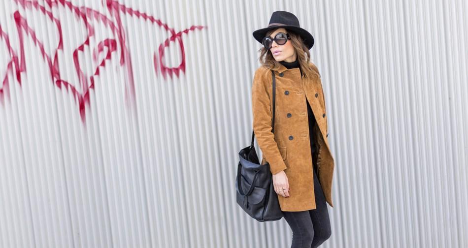 look de street style con abrigo estilo levita de ante en color caramelo, jeans pitillo o skinny y gafas de sol Prada