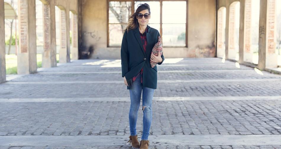 Street style con blazer oversize en color verde esmeralda de hakei, camisa de cuadros, ripped jeans, botines de flecos y cartera étnica. matchy machy. bárbara crespo