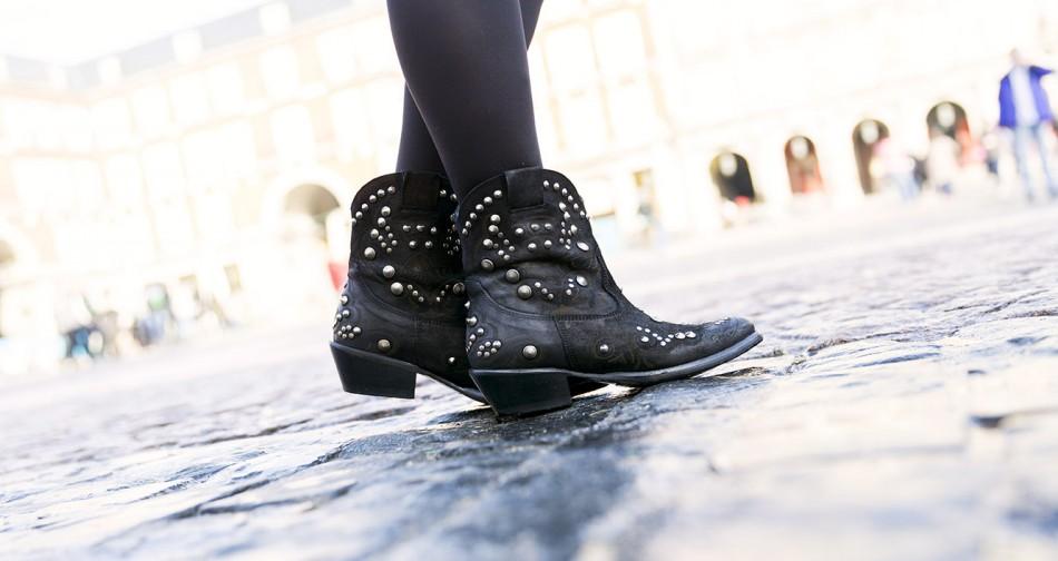 Look de street style con botines de tachuelas de Hakei. Bárbara Crespo