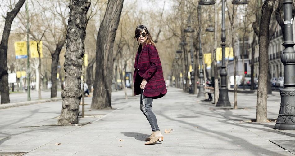 look de street style con abrigo étnico de hakei, botines estilo arson, black denim jeans , arson boots, bárbara crespo