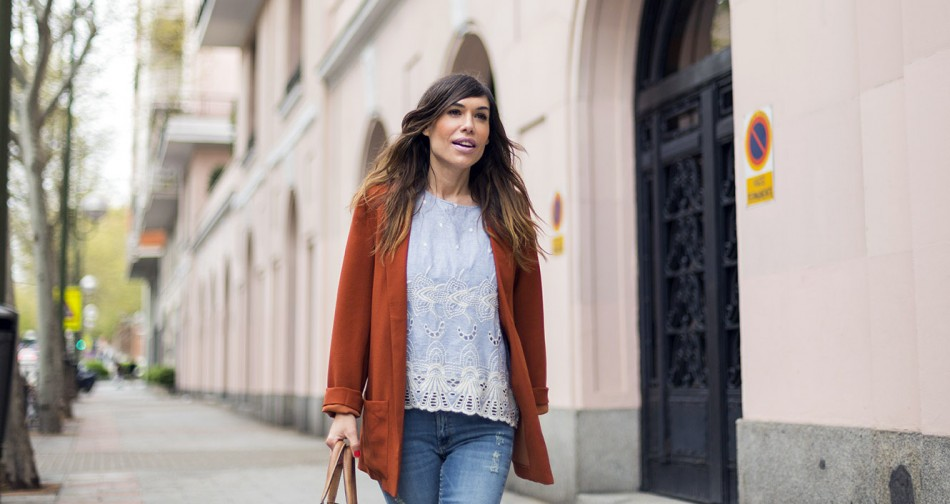look de street style con blazer en color caramelo de Kiabi, top romántico con bordados en azul claro, ripped jeans de reiiko, naike air max en blanco y bolso carolina herrera