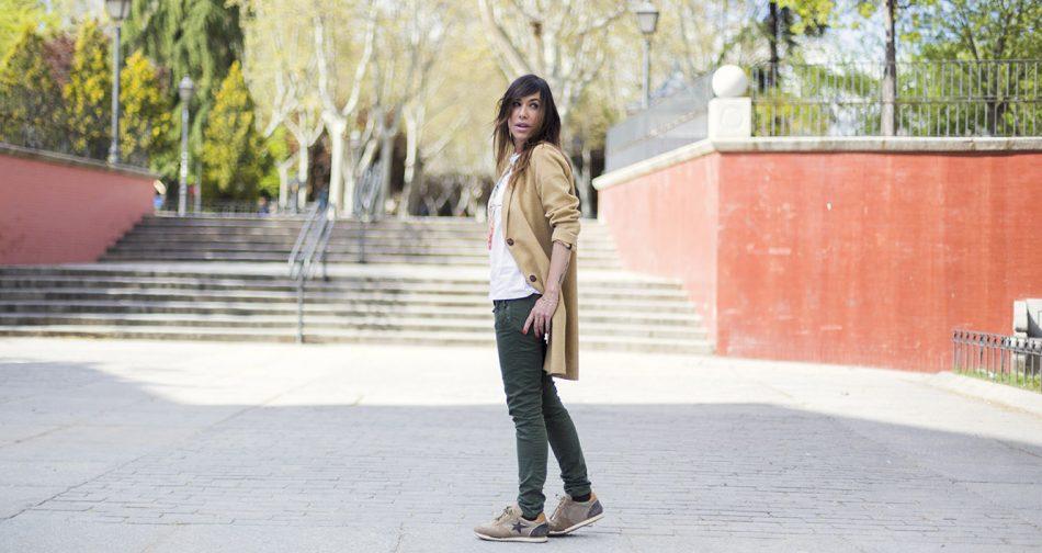look de street style con levita de color amarillo, camiseta de a bicyclette con dibujo de una piña. pantalones chinos en color verde, zapatillas deportivas