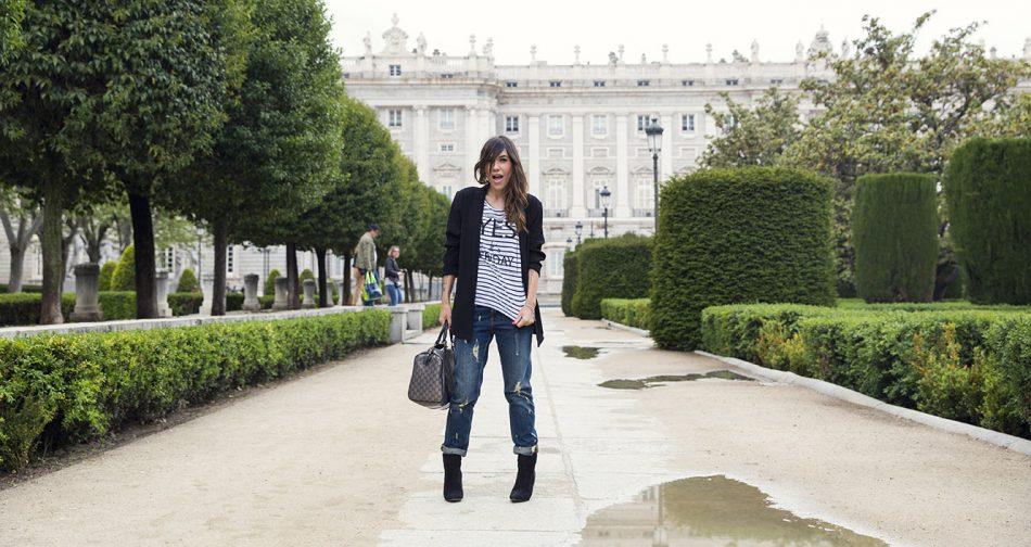 look de street style con blazer de estilo oversize masculina, camiseta de rayas estilo marinero, jeans boyfriend, botines y bolso Gucci