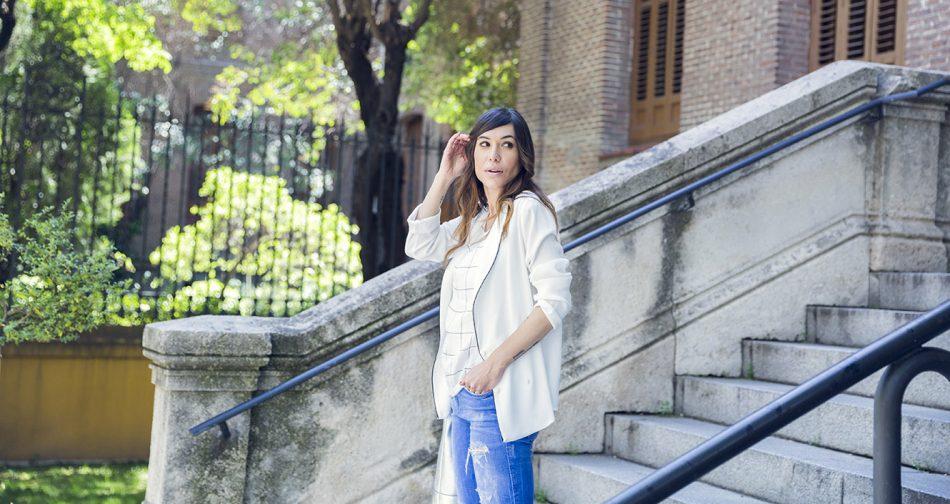 look de street style con blazer estilo pijama, top de cuadros en blanco y negro, jeans rotos o ripped jeans y air max de nike blancas