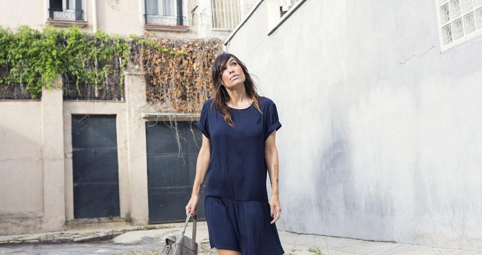 look de street look de street style con vestido sedoso azul marino de american vintage, zapatos plateados estilo oxford , bolso gris de purificación garcia con vestido azul marino de american vintage, zapatos plateados estilo oxford , bolso gris de purificación garcia