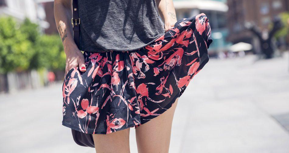 look de street style con shorts casual de estampado de flores, camiseta de tirantes, sandalias planas y bolso de marc Jacobs en color burdéos