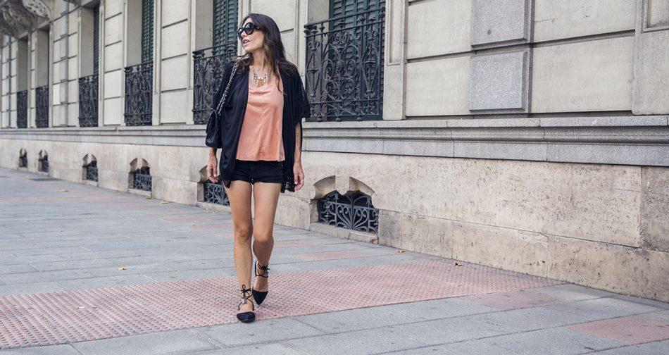 look de street style con cardigan tipo kimono negro, top de terciopelo de color salmón, shorts denim en negro, bailarinas anudadas al tobillo, gafas de sol prada baroque y bolso de chanel
