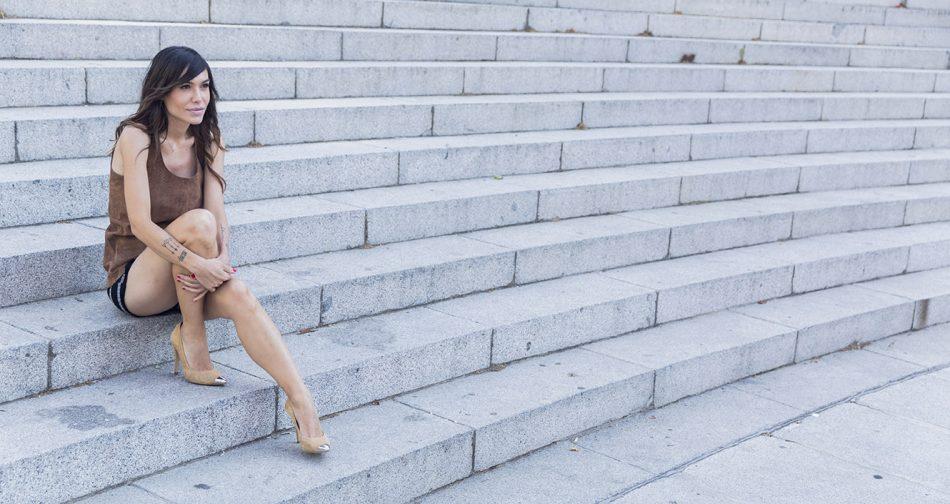 look de street style con shorts estampados de Kiabi, top de tirantes de ante